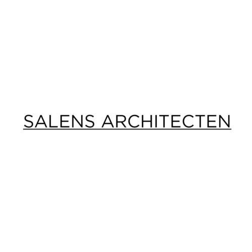 """<p>Salens Architecten uit Brugge koos ervoor om in plaats van 1 groot volume te creëren, te opteren voor <strong>3 kleinere blokjes op een gezamenlijke """"plint"""" van 2 bouwlagen</strong>. Ze vormen een perfecte schakel naar de omringende bebouwing toe en zijn op schaal van de site. Bovendien beschikken alle wooneenheden over optimale zichten en oriëntaties.</p> <p>Om het <strong>groen karakter</strong> van de site te versterken worden er voldoende hoog- en laagstammige bomen voorzien samen met een groene buffer tegenover de aanpalende percelen en als <strong>verderzetting van het Lappersfortbos</strong>. Bij het voorzien van een groenbuffer wordt minimaal 2 m afstand gehouden tegenover de voormalige spoorwegbedding.</p> <p>De verschillende <strong>terrassen</strong> worden zo ingeplant dat we een directe <strong>relatie</strong> hebben met de <strong>groene omgeving</strong>. De terrassen worden op een esthetische en doordachte manier ingekleed samen met de privé buitenruimten. De privé tuinen zullen visueel overgaan in de overige groene omgeving.</p>"""